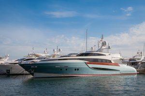 Image d'un yacht dans un port.