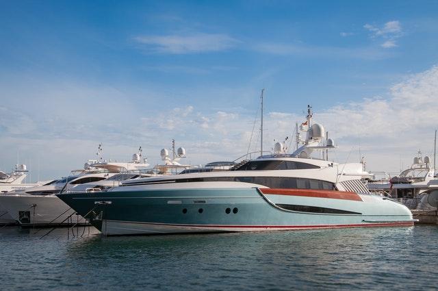 Yacht amarré à un port.